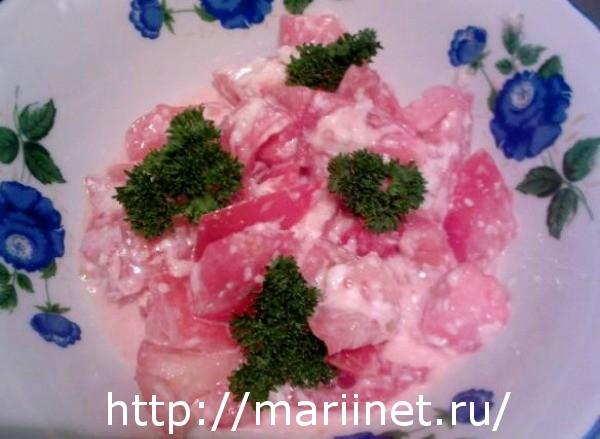 Легкий простой салат из сыра и помидоров