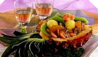Салат в половинке ананаса